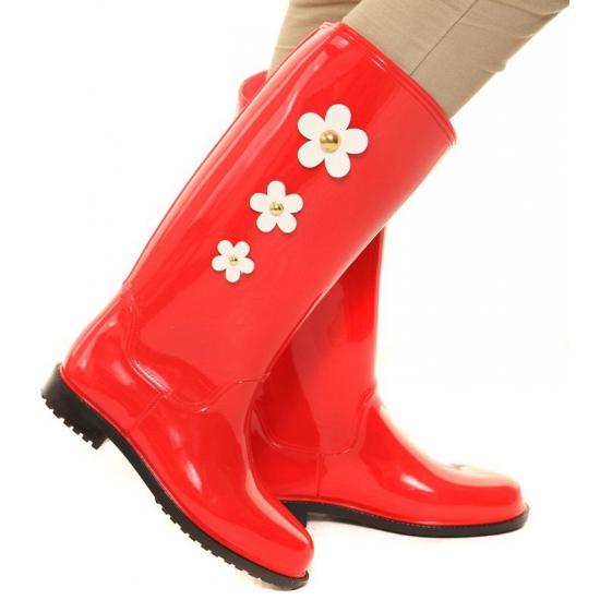 Rode rubber laarzen met bloemen